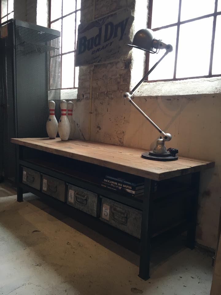 Industriele Kast Laag.Industriele Tv Kast En Jielde Lamp Brocante Fabriek