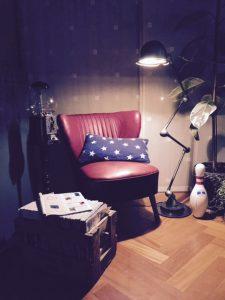 jielde 4 arms staande lamp en retro fauteuil